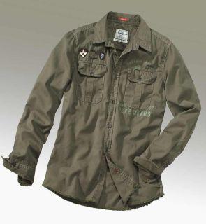 Cooles Hemd von PEPE JEANS. Im Army Look. Mit diversen Badges und