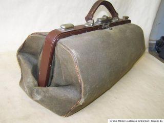 Hallo, zum Verkauf kommt hier eine alte Arzttasche. Maße ca. 45 x 20
